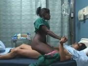 Chico asiatico coje con negra en el hospital
